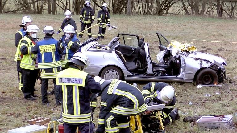 Schwer verletzte Frau aus Auto geholt