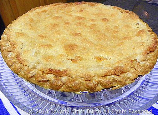 sour cream apple pie - whole