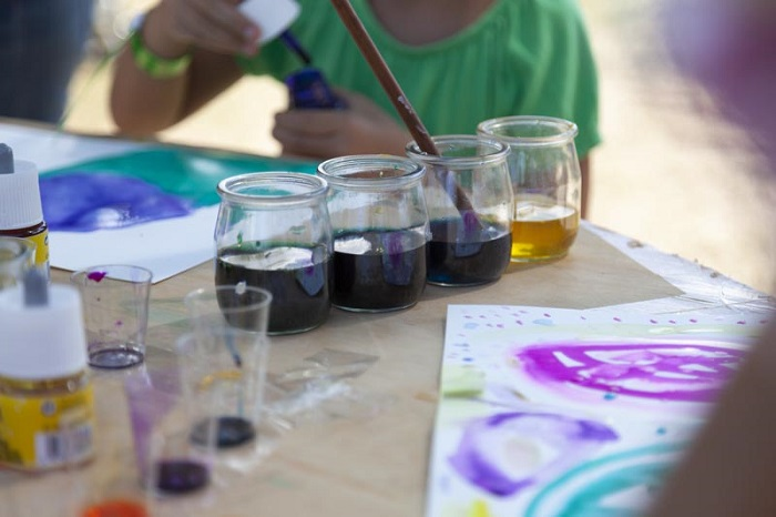 Laboratorio d'arte con colori naturali alla fattoria didattica Tellus, in Umbria