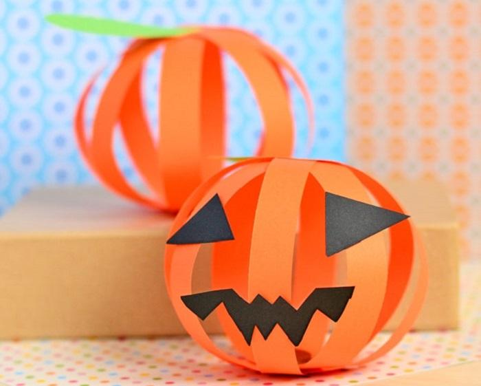 Zucca di Halloween fai da te con cartoncino