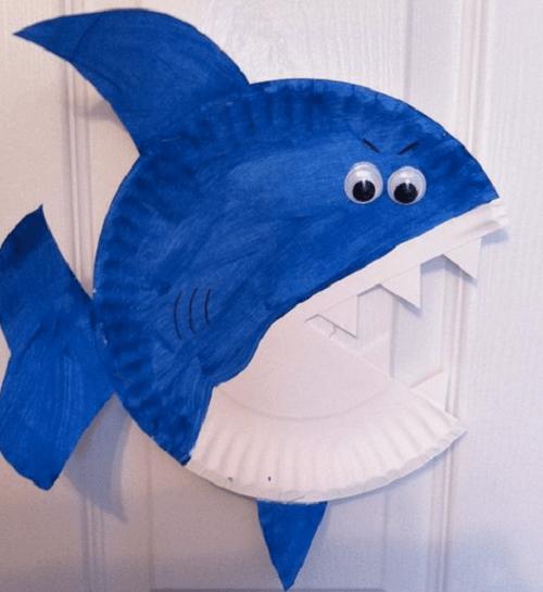 Lavoretti con i piatti di carta, lo squalo