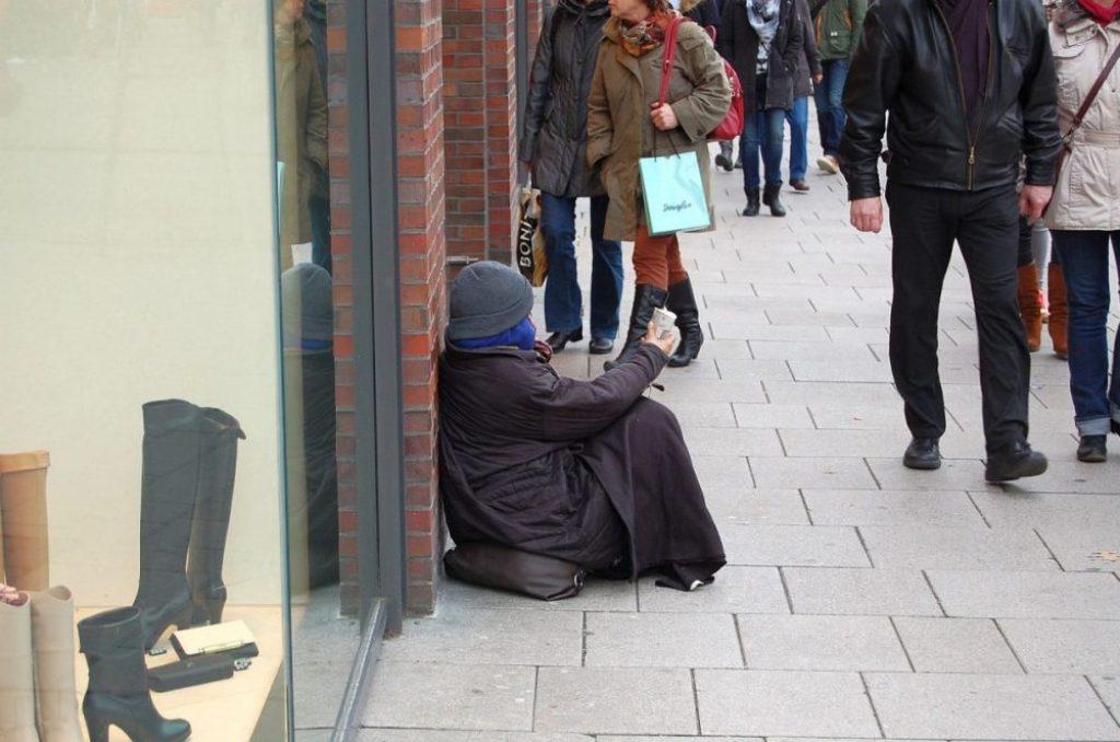 Bettlerin in der Mönckebergstraße Hamburg