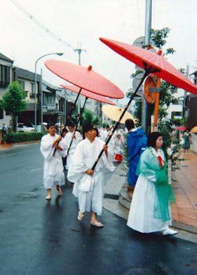 Nara Prozession rote Schirme