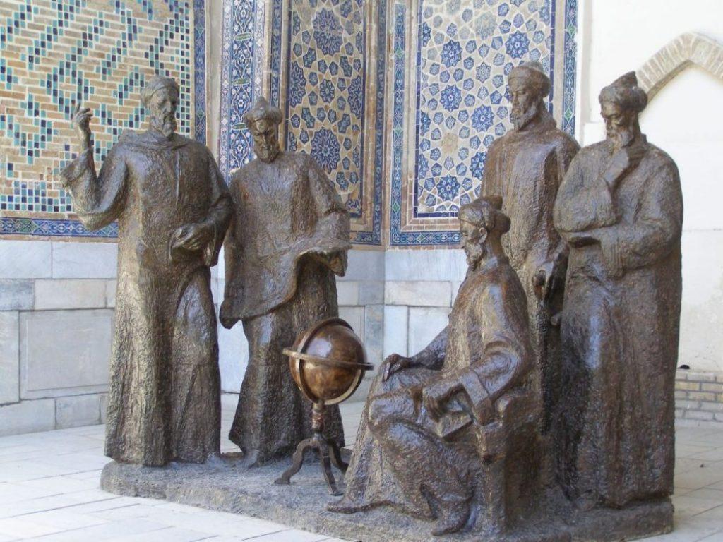 Ulugh Beg Denkmal am Registan Platz
