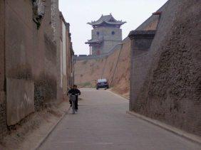 Pingyao Stadtmauer von der Stadt aus