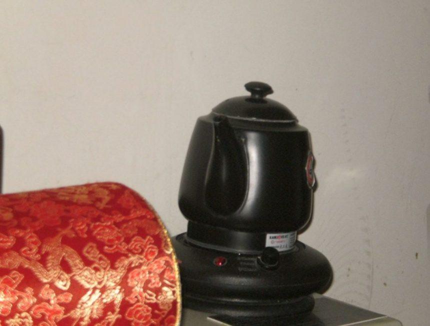 Wasserkocher im Hostelzimmer