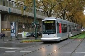 Eine modern aussehende Straßenbahn