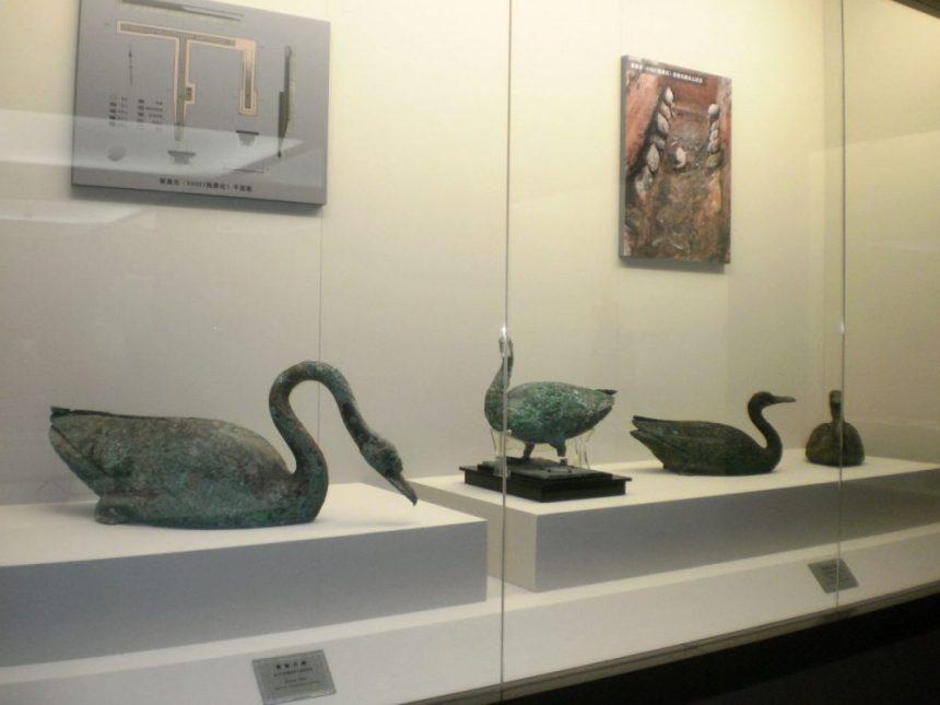 Schwäne und Vögel aus Bronze