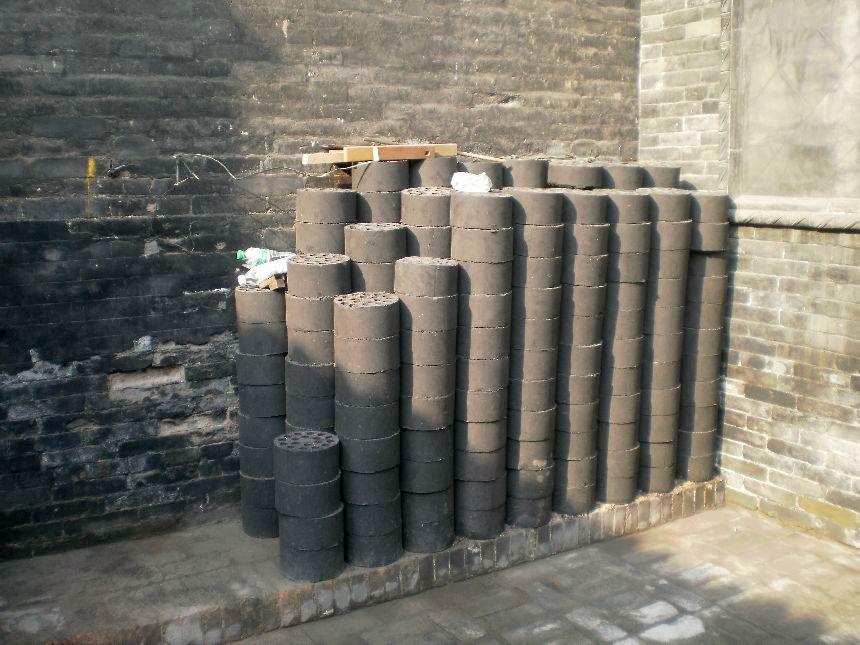 Pingyao 2009: Vorrat an Kohlestaubbriketts- Eine Ursache für hohe Feinstaubwerte in Peking