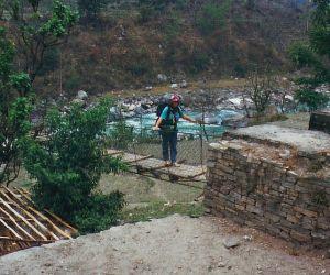 Das Foto: Ulrike auf ihrer zweiten Hängebrücke im Himalaya