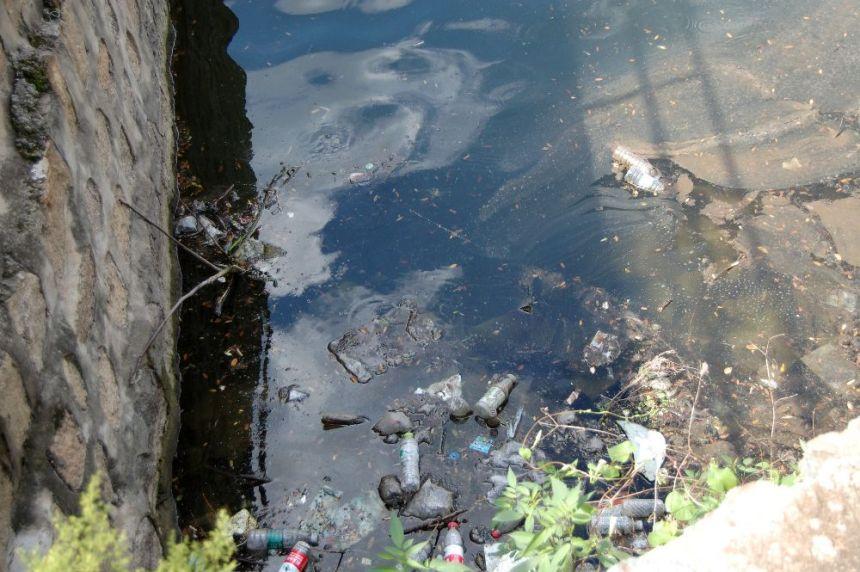 Nachhaltigkeit unterwegs in CHINA. ein vermüllter See