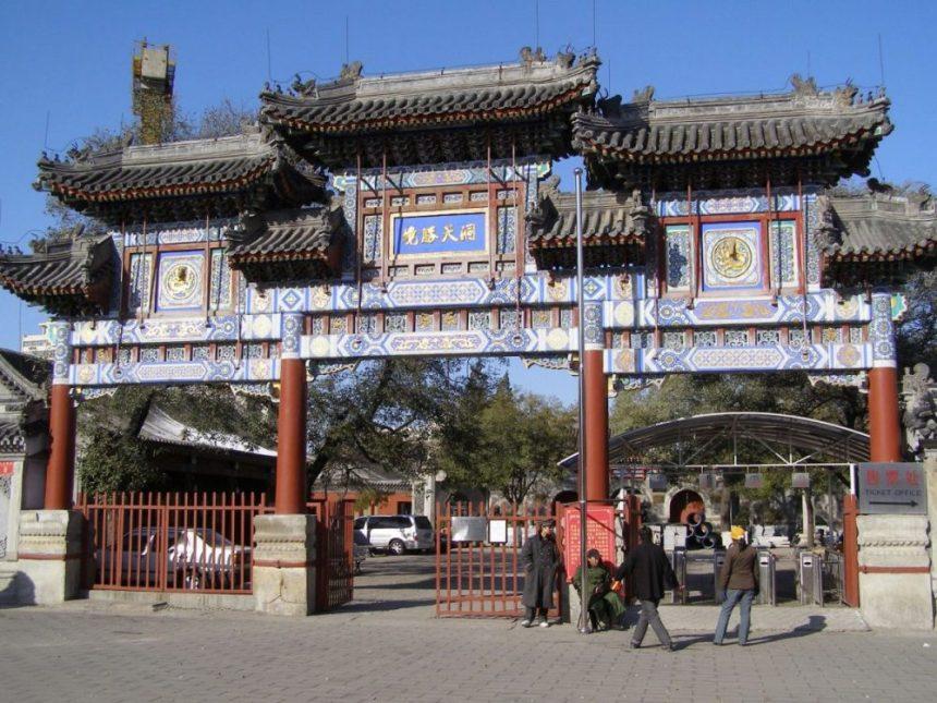 Den Eingang bildet dieses großartige Tor. Die Inschrift in der Mitte ganz oben heißt 洞 天胜 竟 Dongtian Shengjing