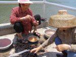 Fischersfrauen auf der kleinen Insel Sai Kung bei Hongkong puhlen Seeigel für's Mittagessen.