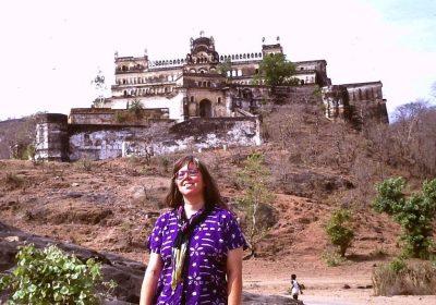 Als Frau alleine durch Indien: 1992 vor dem Rajgarh Palast
