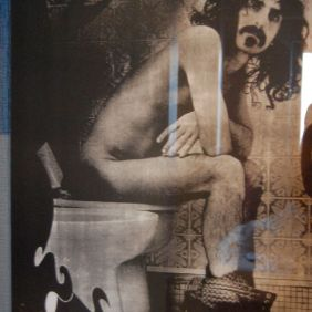 Frank Zappa Poster auf dem WC