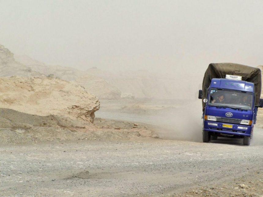 Lastwagen auf einer Piste in der Taklamakan - Wüste
