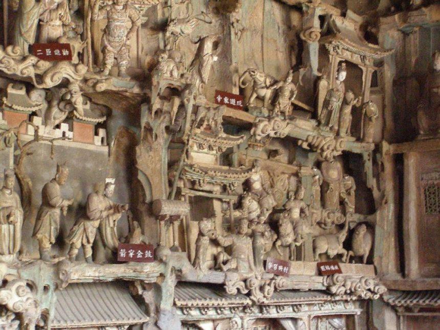 Shuanglin-Tempel, Relief mit Heiligen.