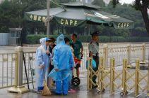 Die Soldaten und polizisten rund um den Platz des Himmlischen Friedens geben geduldig und freundlich Auskunft