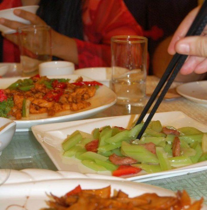 Tipp für Deine China-Reise: Essen mit Stäbchen üben!