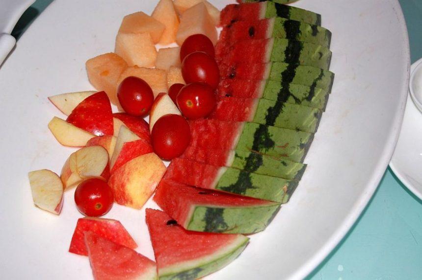 Obstteller mit Tomaten in China