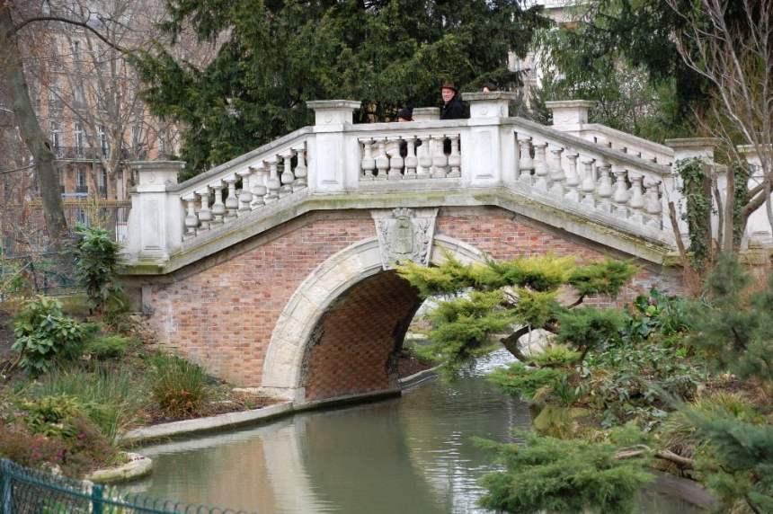 Parc Monceau: Teich mit Brücke
