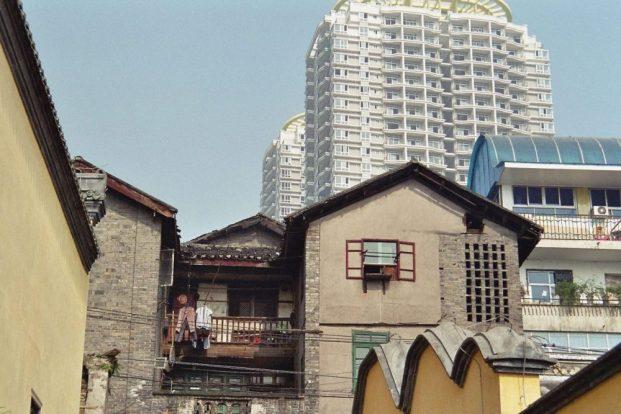 Chongqing -was ist authentisch? Das renovierte Gebäude im Vordergrund oder die Hochhauswohnungen hinten?