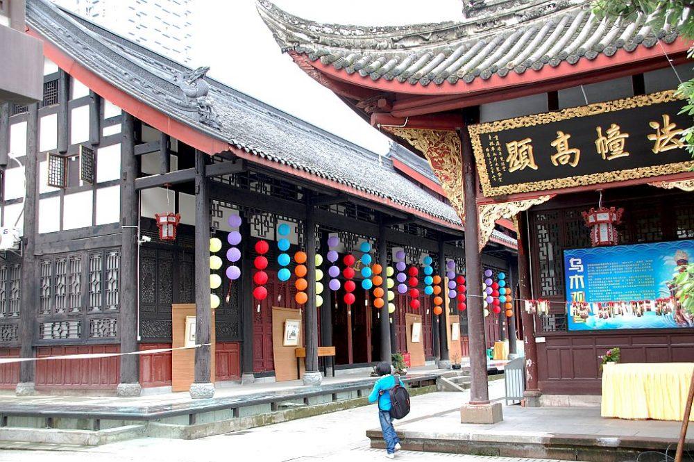 Die Hallen sind mit bunten Lampions geschmückt