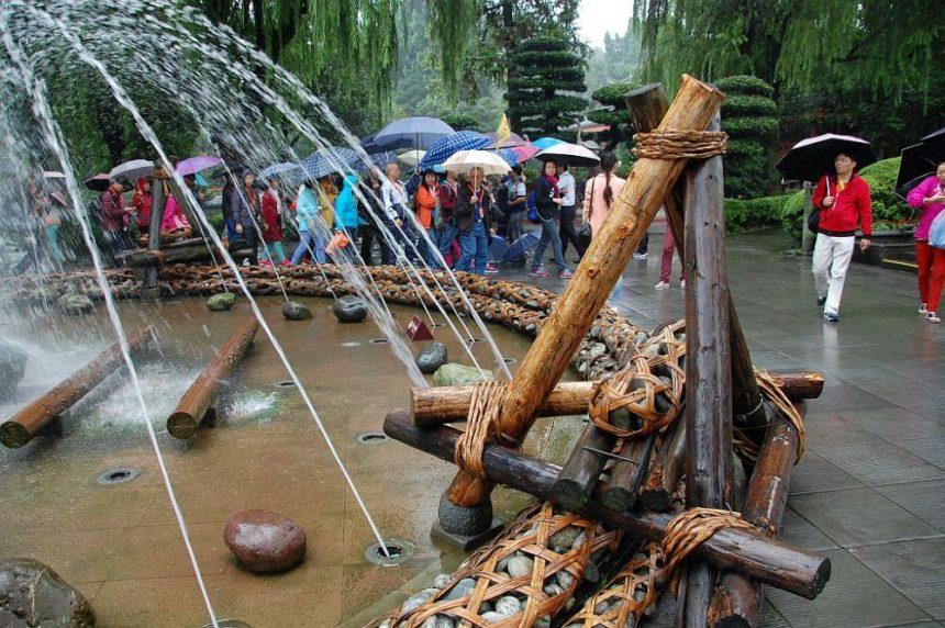 Nachhaltig reisen Wasser. Brunnen in Dujiangyan.