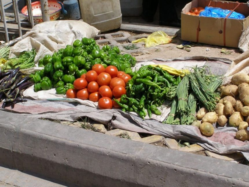 Gemüse auf dem Markt, Tomaten, Paprika, Kartoffeln.