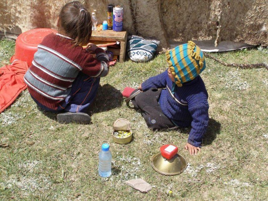 Spielende Kinder bei der Jurte