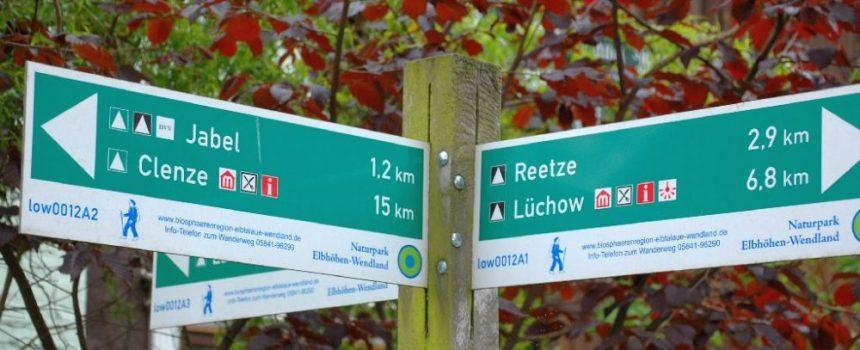 Wegweiser für Radfahrer und Wanderer