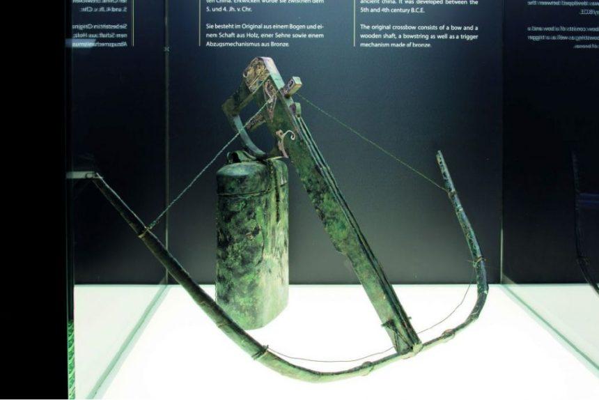 Rekonstruktion einer Armbrust.