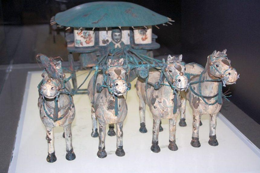 Replik der Bronzekutsche mit vier Pferden