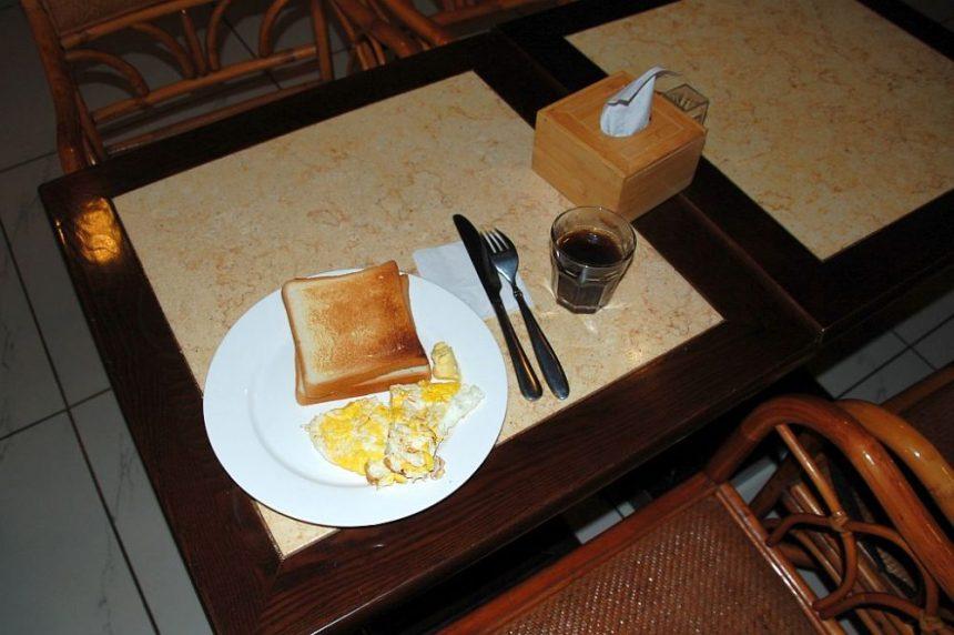 Toast mit Ei und Kaffee - Frühstück