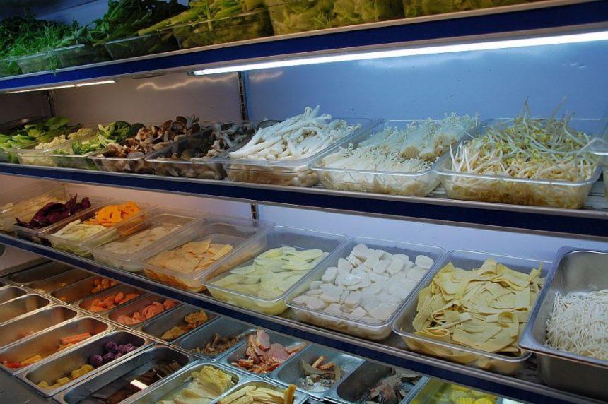 Auswahl an Pilzen, Tofu und mehr