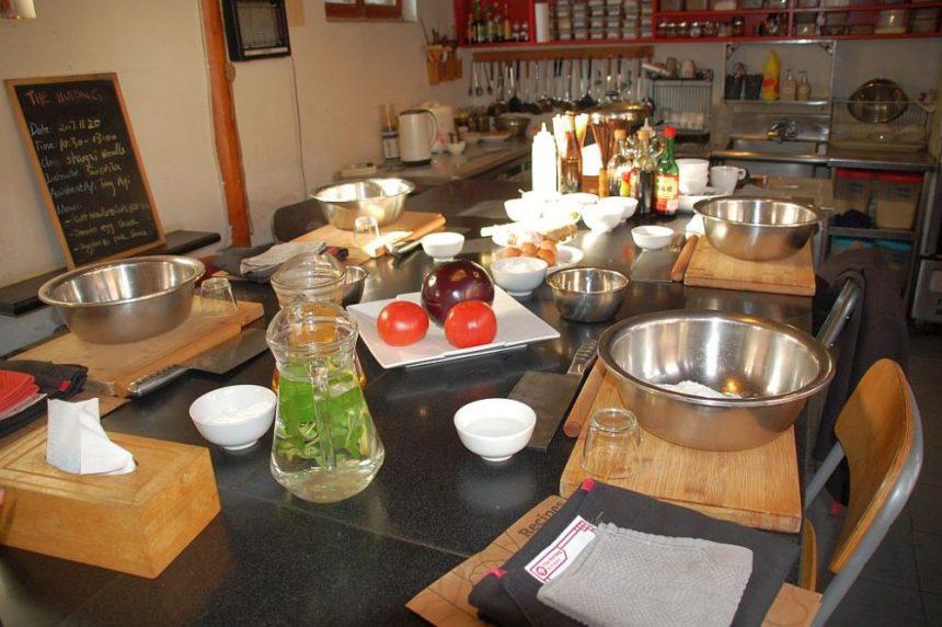 Der große Küchentisch mit allen Zutaten für chinesische Nudeln