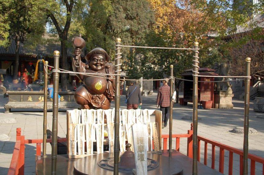 Altar mit Mönch im Hof des Daxingshan Tempels.