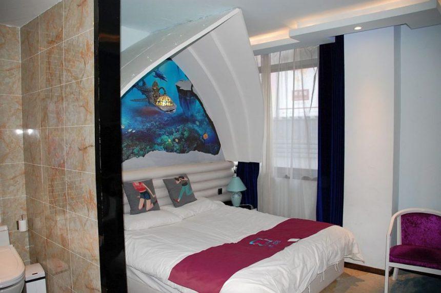 Buntes Hotelzimmer in Xuzhou mit Meeresmotiv