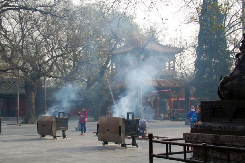 Im Lama Tempel steigt der Rauch der Räucherstäbchen auf.
