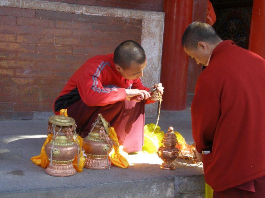 Mönche bein Säubern der Weihrauchgefäße