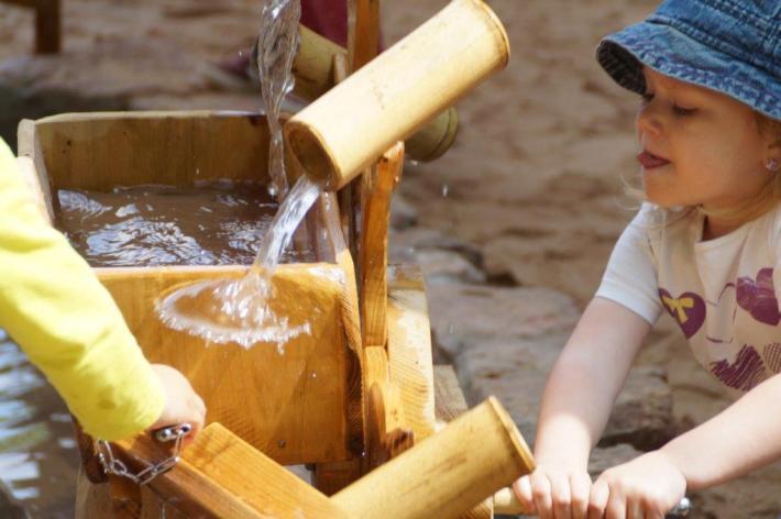 WASSERSPIEL aus Bambusrohr im Kindergarten