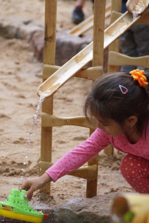 WASSERSPIEL aus Bambusstangen und Holz für Kindertagesstätte