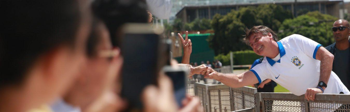 O presidente Jair Bolsonaro acompanhou, da área externa do Palácio do Planalto, em Brasília, a manifestação de apoiadores de seu governo, que está sendo realizada neste domingo (15) na capital federal e em outras cidades do país.