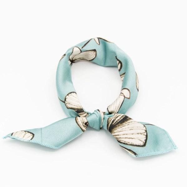 bandana bleu clair à fleurs blanches