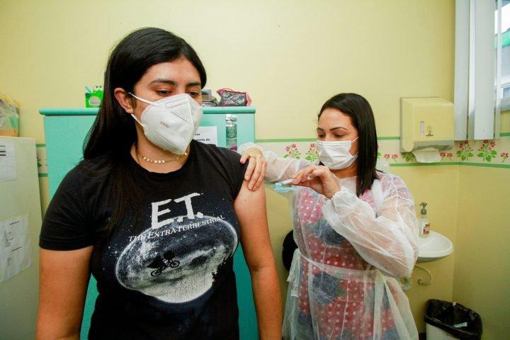 Apesar de campanha avançada, quase 300 mil adultos ainda não se vacinaram contra a Covid-19