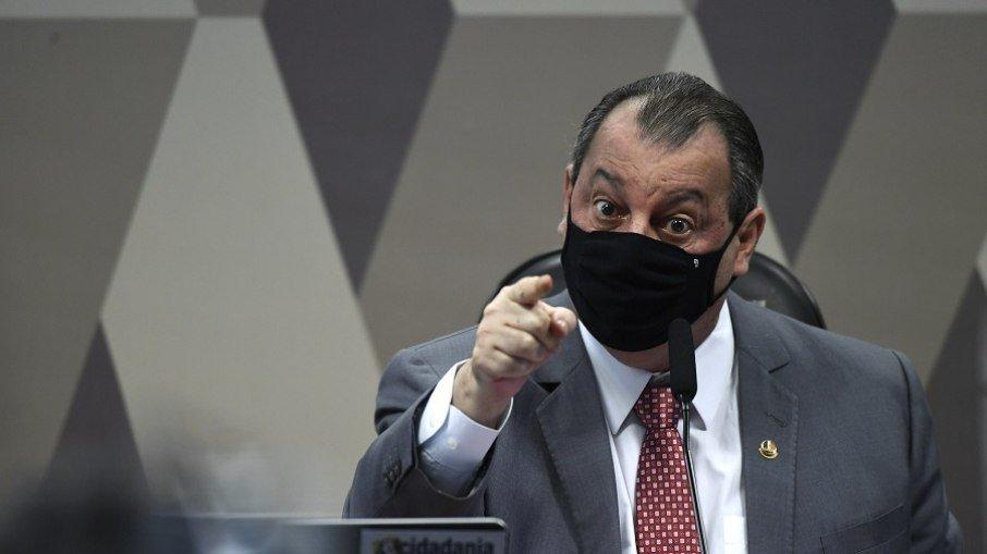 Omar diz não ter medo de perder cargo por ser opositor de Bolsonaro