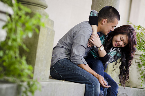 คู่รักนั่งหัวเราะ หาคู่ หาคู่คนไทย หาคู่ต่างชาติ โดยบริษัทจัดหาคู่ BangkokMatching.com
