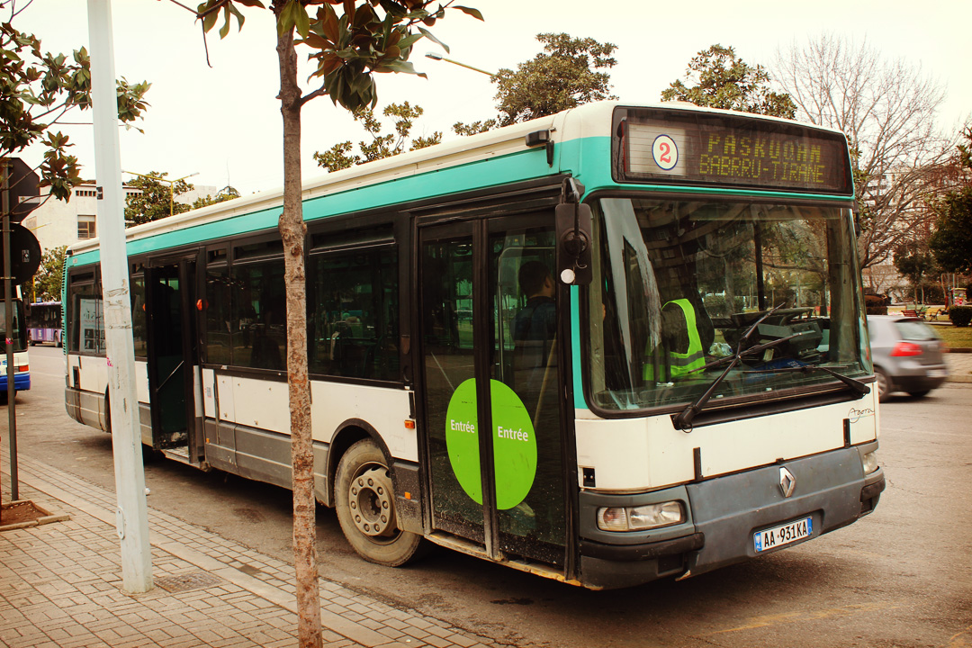 Bus parisien échoué à Tirana
