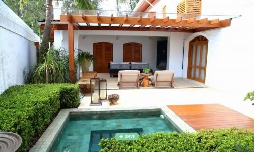 Kolam dengan ruangan santai