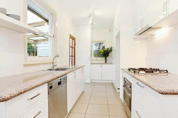 แบบห้องครัวสีขาว แคบๆ เปิดประตูออกนอกบ้านได้